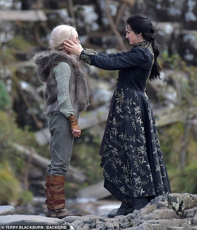 Yennefer und Ciri zusammen am Set der zweiten Staffel von The Witcher von Netflix