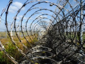The Benefits and Drawbacks of Barbed Wire and Razor Wire