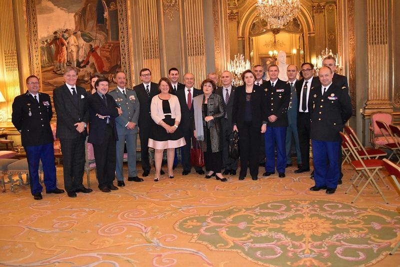 """Conferencia en la Embajada de España en Paris, sobre """"Experiencia de la lucha antiterrorista contra ETA en España"""", a cargo del Teniente General D. Pablo Martín Alonso, Jefe del Mando de Operaciones de la Guardia Civil."""