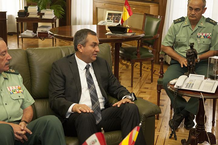 El Director General de la Guardia Civil recibe al General Jefe del Estado Mayor de la Policía Nacional del Perú
