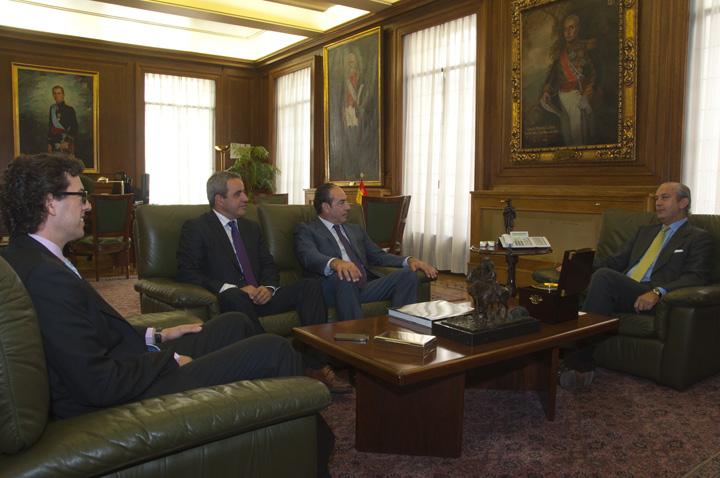 El Director General recibe al Senador por Cáceres, Diego Sánchez, y una delegación del Ayuntamiento de Miajadas (Cáceres)