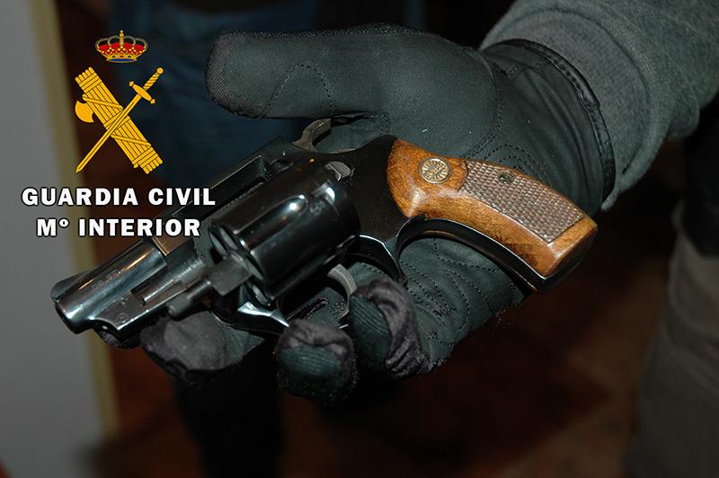 Dos detenidos y un imputado por tráfico ilegal de armas y municiones a través de Internet