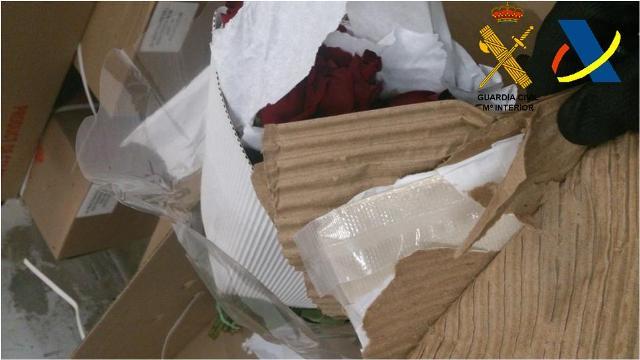 Intervenidos cerca de treinta kilos de cocaína ocultos en dobles fondos de envoltorios de rosas frescas