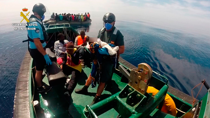 La Guardia Civil rescata a 44 inmigrantes subsaharianos que viajaban a bordo de una patera y detiene al patrón de la misma cerca de la isla de Alborán (Almería)