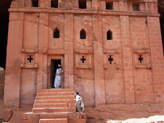 Biete Abba Libanos. Uma das onze Igrejas de Pedra de Lalibela. É possível encontrar missionários e sacerdotes guardando as construções.