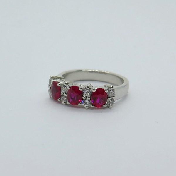 Anello classico in argento pietre rosse