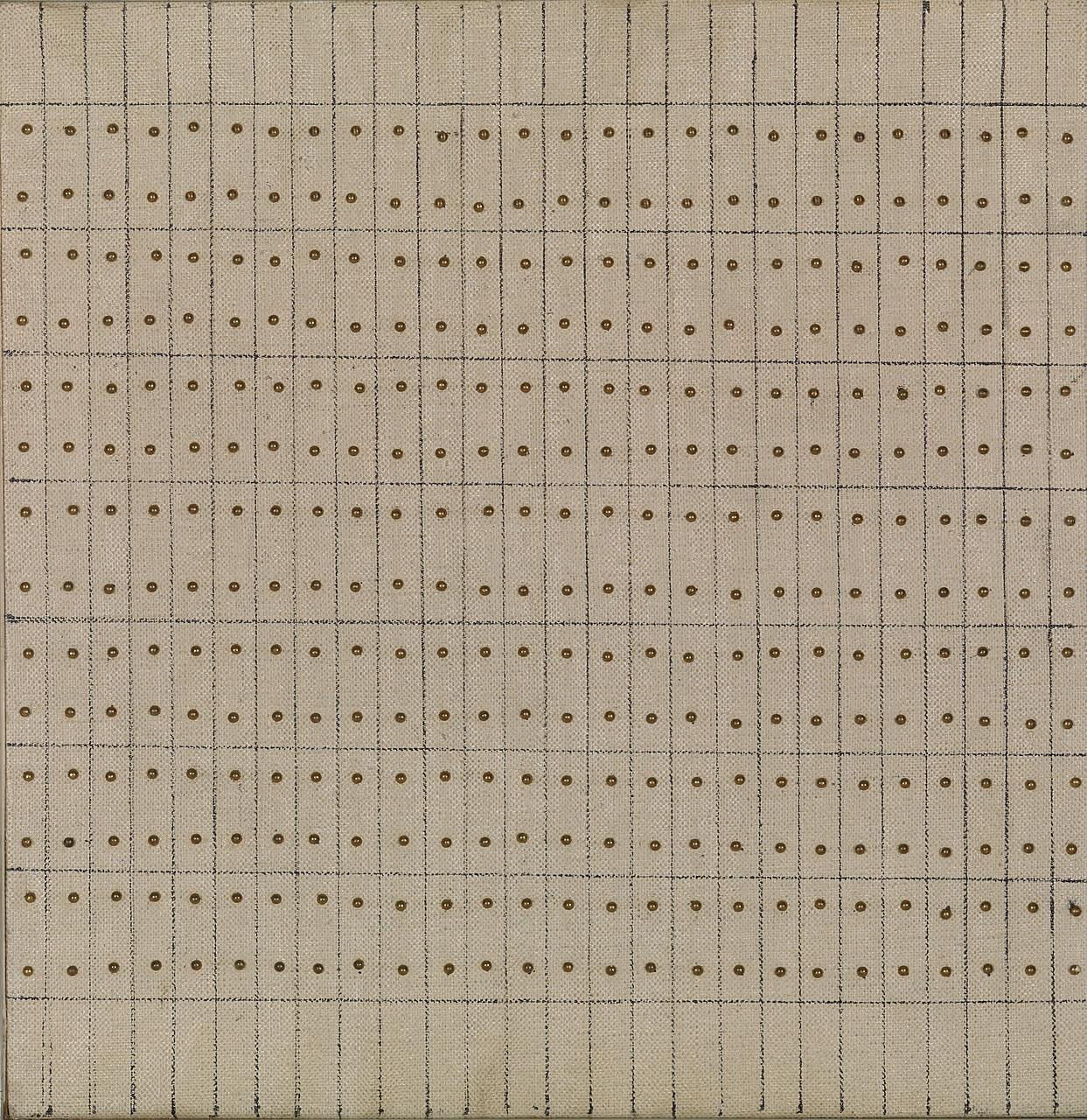 Agnes Martin, Little Sister, 1962. Clavos al óleo, tinta y latón sobre lienzo sobre madera, 9 7/8 x 9 11/16 pulgadas (25,1 x 24,6 cm)