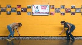 """Felix Gonzalez-Torres, """"Sans titre"""" (Opinion publique), 1991. Bonbons de réglisse en bâtonnets noirs emballés individuellement dans de la cellophane, approvisionnement sans fin, poids idéal: 700 lb (317,5 kg), dimensions variables.  Musée Solomon R. Guggenheim, New York, acheté avec des fonds fournis par la Fondation Louis et Bessie Adler, Inc., et le programme national de dotation pour le musée Museum of Arts 91.3969 © The Felix Gonzalez-Torres Foundation.  Vue de l'installation: Lenka Clayton et Jon Rubin:.  .  .  faire le tour de New York, Jus Broadcasting, Astoria, Queens, du 1er au 30 juin 2017. Photo: Kristopher McKay"""