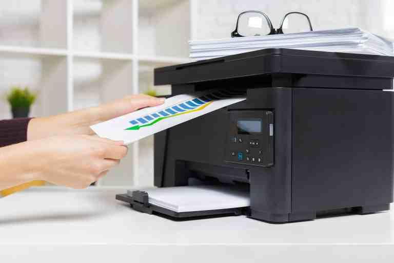 Imprimindo documentos em impressora multifuncional.