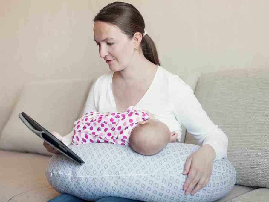 Imagem mostra uma mulher amamentando um bebê
