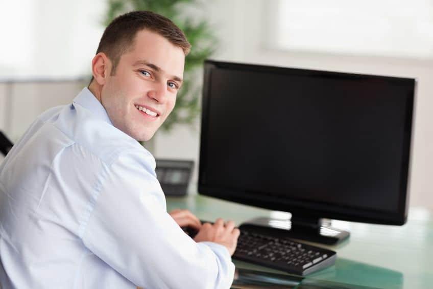 Homem trabalhando em frente ao monitor.