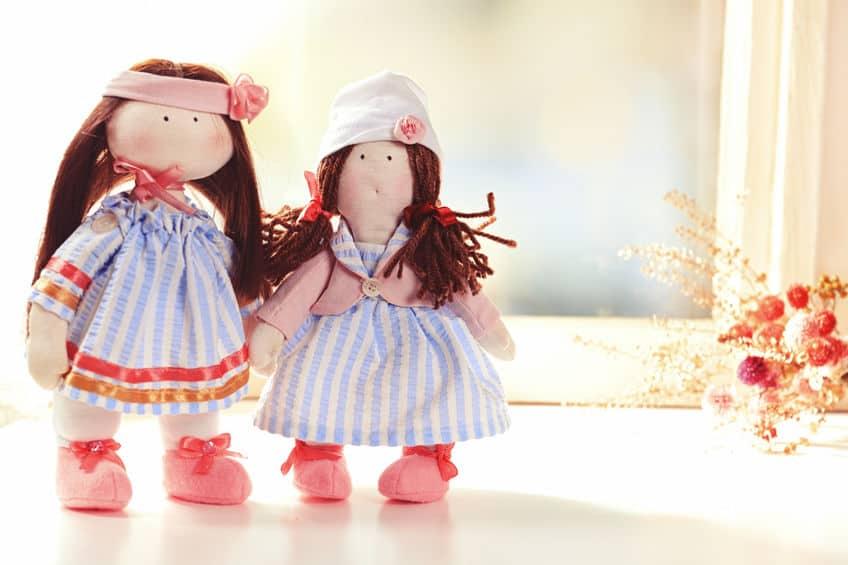 Duas bonecas de pano.