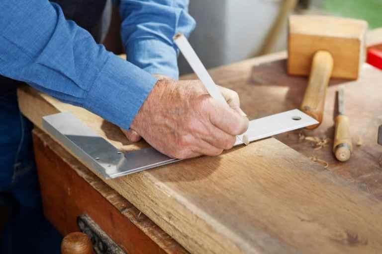 Marcação a lápis de uma medida feita com esquadro