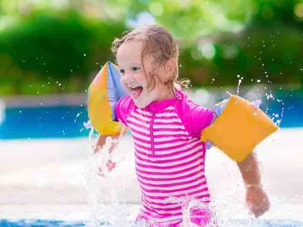 Imagem de criança com boia.