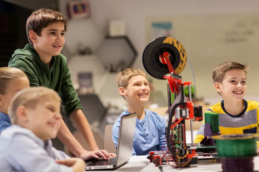 Crianças vendo impressão 3D.