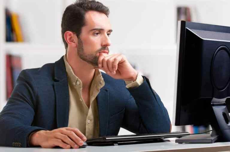 Homem em frente a computador.