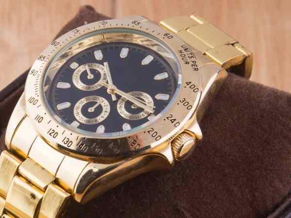 Relógio masculino dourado.