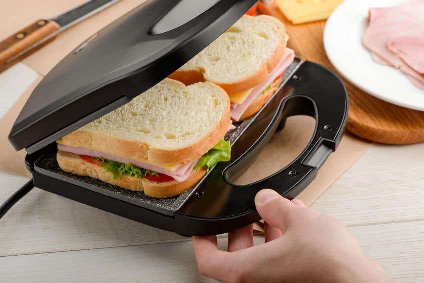 Imagem de sanduíches dentro de sanduicheira.
