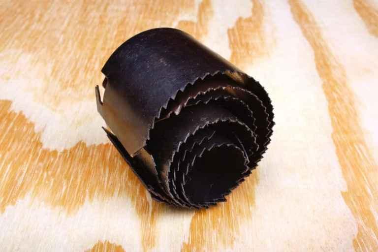 Imagem de serras copo sobre mesa de madeira.