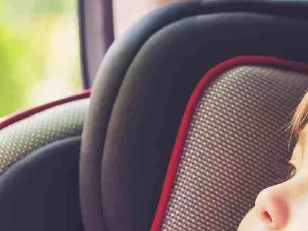 Imagem destaca bebê sentado em uma cadeirinha de bebê para carro