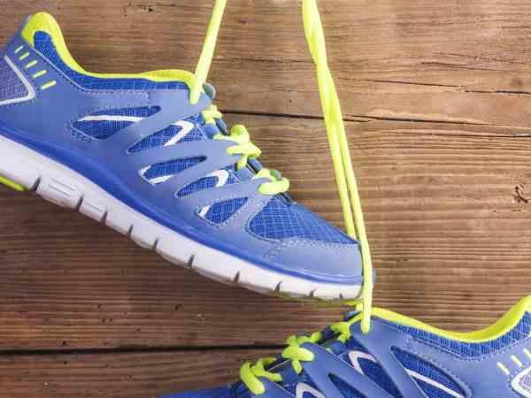 Imagem de tênis de corrida masculino azul.