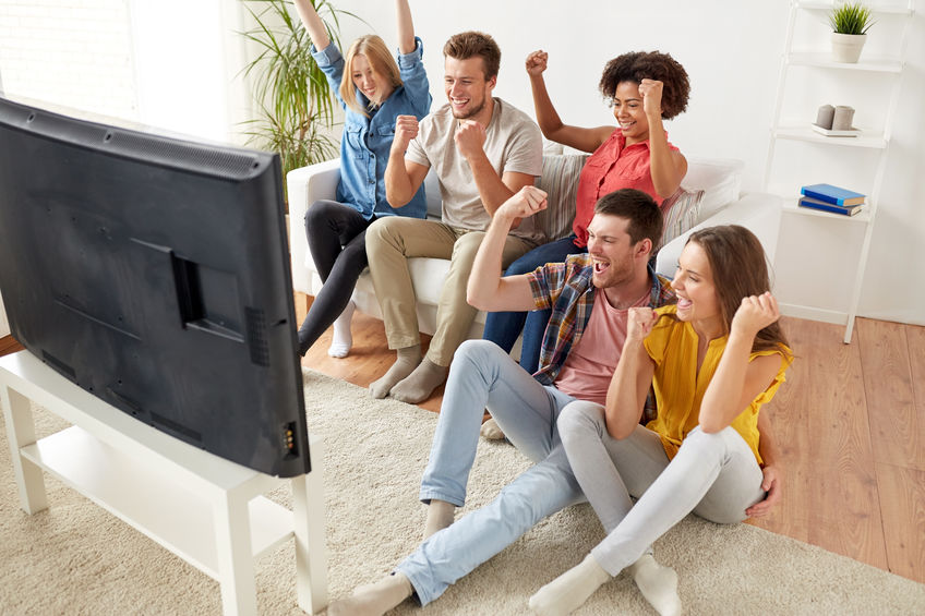 amigos assistindo tv