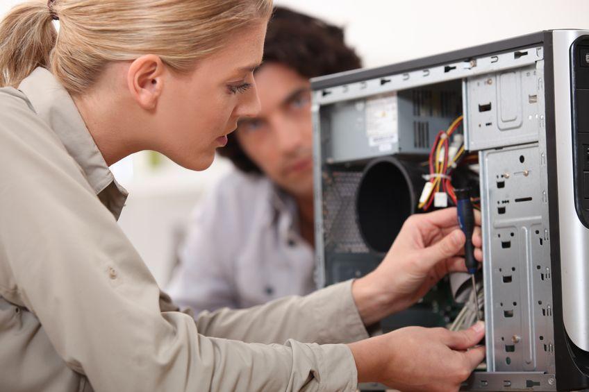 mulher consertando um computador