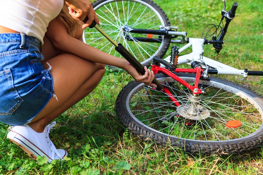 bombeando um pneu de bicicleta usando pequenas