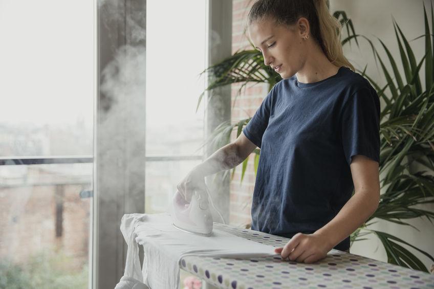 chica planchando ropa