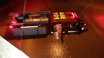 Caminhão do Corpo de Bombeiros preso na chuva. Foto: Internet