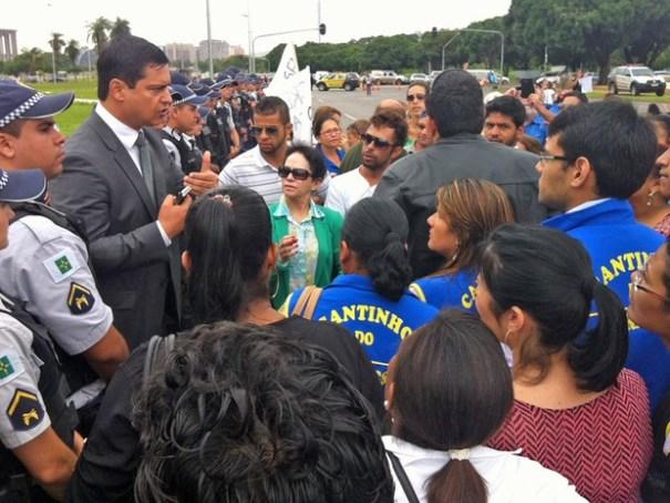 Chefe da segurança do Palácio do Buriti tenta negociar com manifestantes a liberação da via (Foto: Isabella Formiga/G1)