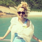 Angelica Ferrer de lancha na Ilha do Campeche