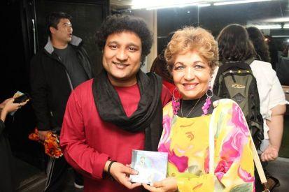 Luzia Câmara ao lado do cantor Indiano Arshad Khan Foto: Michelle Bartlette