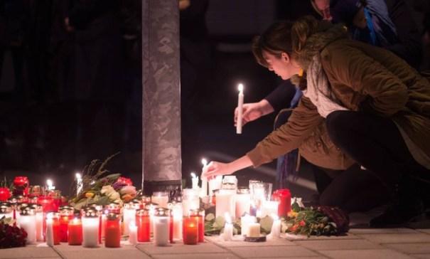 Em Colônia, na Alemanha, funcionários da Germanwings e da Lufthansa prestam homenagem às vítimas do acidente aéreo na França - MARIUS BECKER / AFP