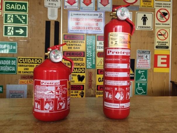 Extintor do tipo ABC, que será obrigatório em carros a partir de 1º de abril  (Foto: Luciana Amaral/G1)