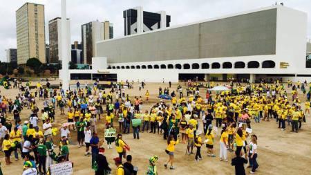 Manifestantes lotam Esplanada para protestar contra Dilma e corrupção - Foto: Internet