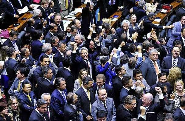 """Deputados contrários ao """"distritão"""" comemoraram a rejeição desse sistema - Foto: Luis Macedo/Câmara dos Deputados"""