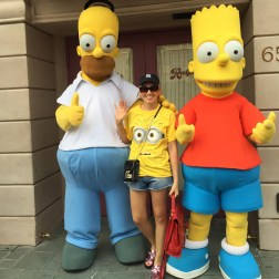 Angelica Ferrer com Bart e Home dos Simpsons
