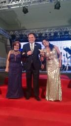 Empresária Sônia Ruscher e Nelson entregando troféu a Mara Fonseca Ganhadora da Sônia Imóveis.