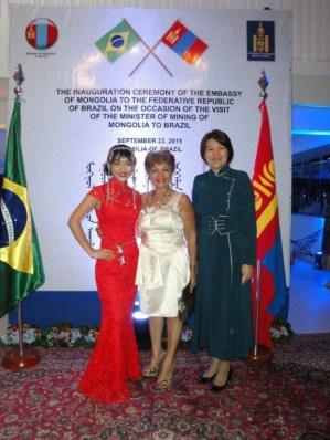 Embaixadora da Mongólia em Brasília, Sosormaa Chuluunbaatar, jornalista Luzia Câmara e a Adida da Embaixada da Mongólia