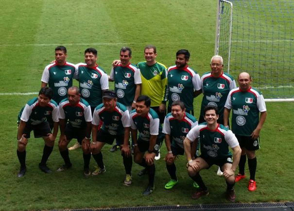 Héctor Medrano tirou foto com os companheiros de time antes de passar mal no aquecimento