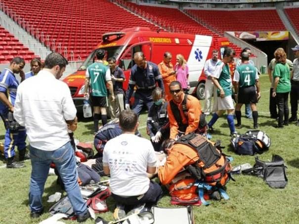 Bombeiros tentam reanimar vítima de parada cardiorrespiratória durante jogo no DF (Foto: Corpo de Bombeiros DF/Divulgação)