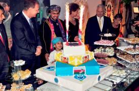 Embaixador de Omã e convidados no momento do bolo