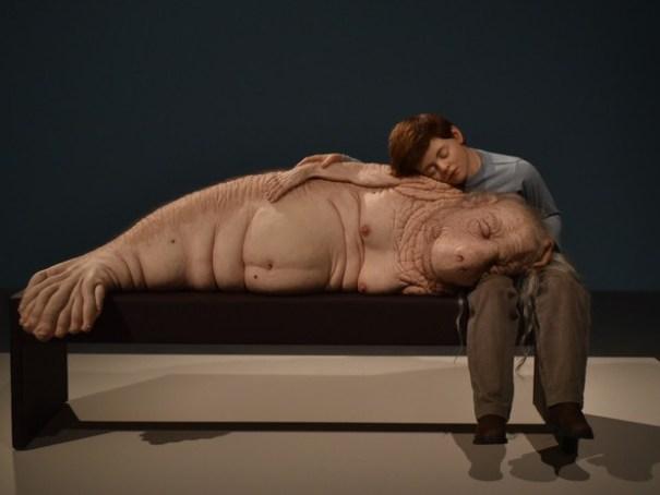 """Obra """"The Long Awaited"""" (2008) é uma das esculturas hiper-realistas da mostra """"ComCiência"""" (Foto: Alexandre Bastos/G1)"""