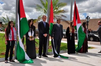 S.E Senhor Embaixador, Ibrahim Alzeben, hasteando a bandeira com diplomatas e palestinos - Foto: Alisson Carvalho