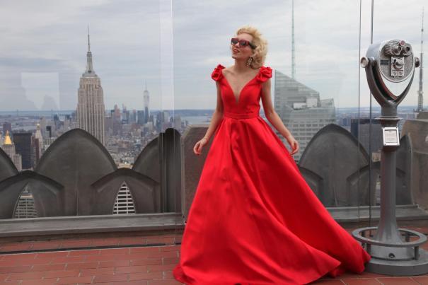 Nova Iorque. Angelica Ferrer no Empire State Building em uma foto icone com o edifício mais conhecido do mundo