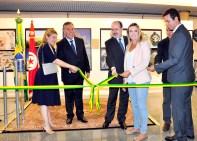 S.E. Sr. Embaixador da Tunísia, Sabri Bachtobji, Sra. Embaixatriz da Tunísia, Sônia Bachtobji, Deputada Celina Leão e autoridades da casa desenlaçando a fita inaugural da exposição