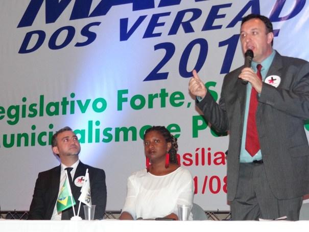 Gilson Conzatti fala ao publico da Marcha dos Vereadores 2015