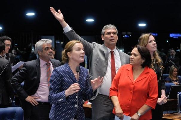 Os senadores Humberto Costa (PT-PE), Gleisi Hoffmann (PT-PR), Lindbergh Farias (PT-RJ), Fátima Bezerra (PT-RN) e Vanessa Grazziotin (PCdoB-AM) se manifestaram contra a PEC do Teto de Gastos - Foto: Waldemir Barreto/Agência Senado