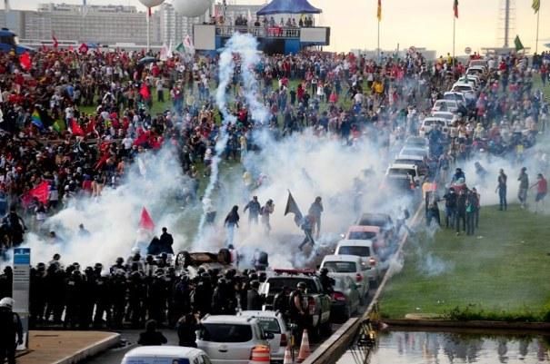 Manifestação contra a PEC do Teto de Gastos em frente ao Congresso terminou em confronto com a polícia - Foto: Jonas Pereira/Agência Senado